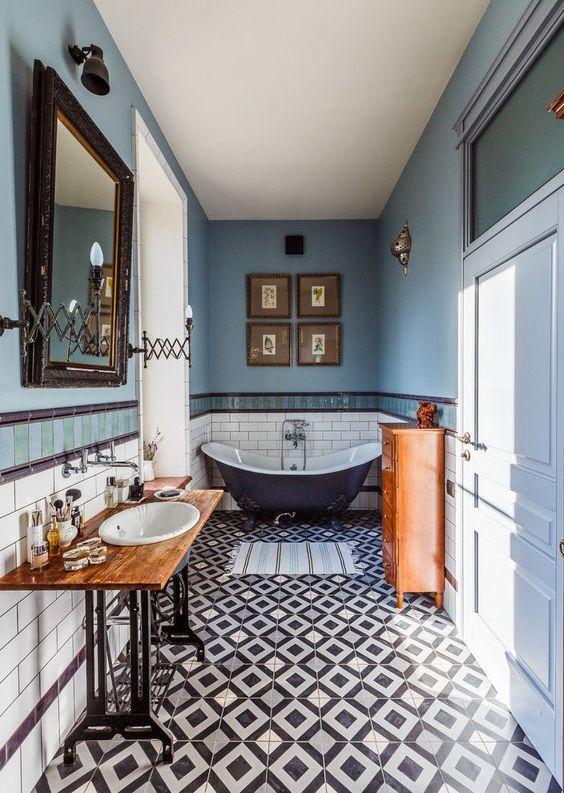 uno splendido bagno eclettico nei toni del blu e del rame, con molti oggetti e mobili vintage