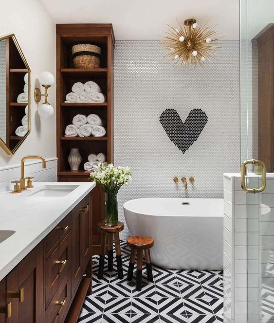 un bagno contemporaneo incontra la metà del secolo odern in bianco e nero con legno dai colori molto ricchi e tocchi dorati
