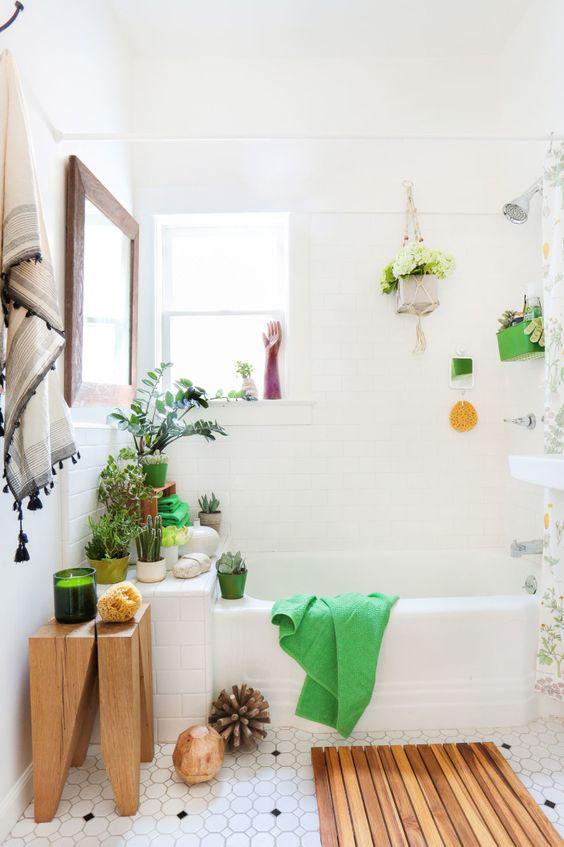 un bagno contemporaneo incontra boho con tocchi di legno, molta vegetazione in vaso, fiori e decorazioni