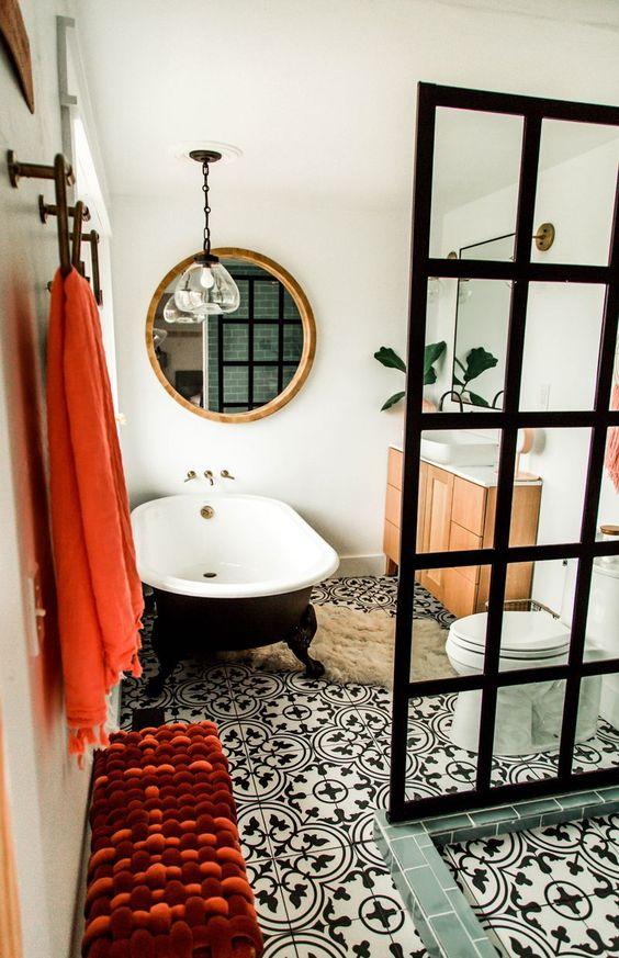 un moderno della metà del secolo incontra il bagno contemporaneo fatto in bianco e nero e accentuato con corallo