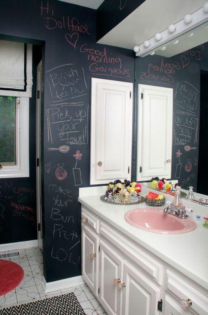 un bagno eclettico con un mobile vintage e pareti a lavagna per ispirare l'arte e il gioco dei bambini