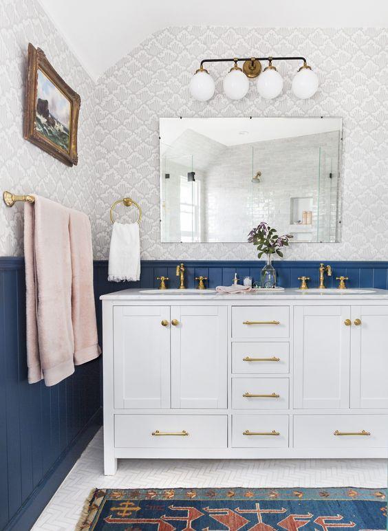 un bagno eclettico in blu navy, grigio e rosa con tocchi dorati mostra la bellezza degli stili vintage e boho