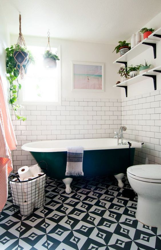 un bagno eclettico con piante in vaso, piastrelle bianche e nere sul pavimento e tocchi di rossore