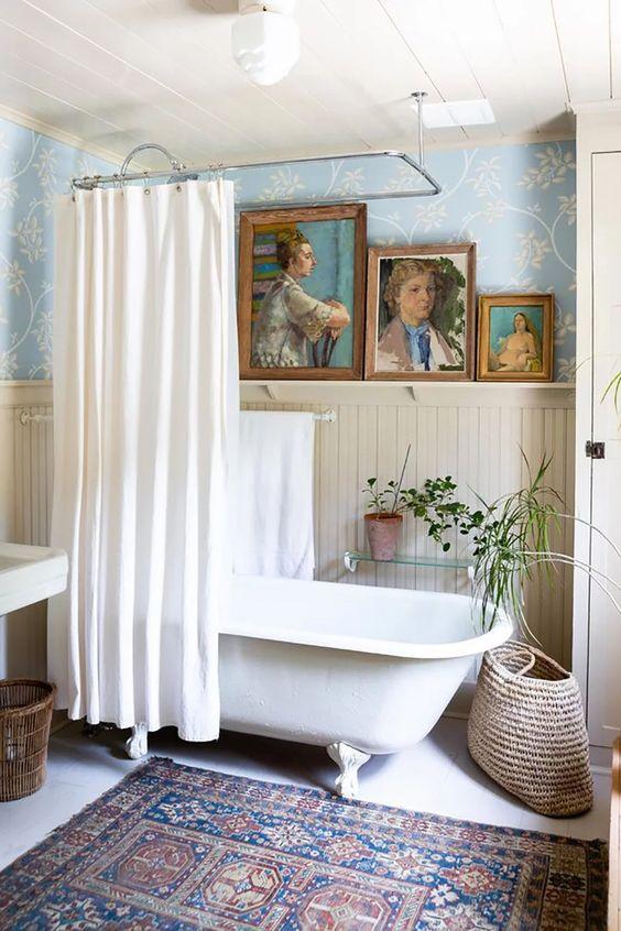 uno spazio eclettico in stile boho e vintage, con un tappeto boho, opere d'arte e vegetazione in vaso