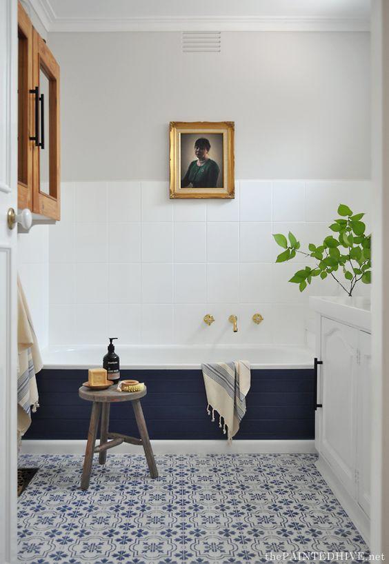 uno spazio eclettico fatto in blu marino e bianco, con tocchi di grigio e legno naturale più vegetazione in vaso