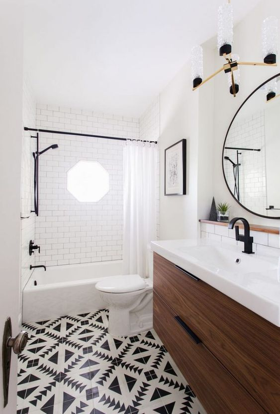 un vintage eclettico incontra un bagno boho chic con piastrelle a mosaico, un lavabo in legno e finiture nere