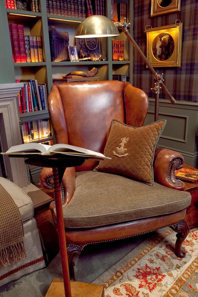 una grande sedia vintage in pelle e tessuto è molto raffinata, una lampada da terra in metallo e un leggio per un maggiore comfort