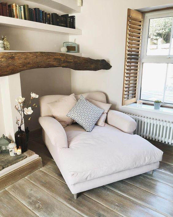 un grande lettino imbottito e imbottito con cuscini è l'ideale per leggere, appoggiarsi e rilassarsi e fare qualsiasi altra cosa tu voglia