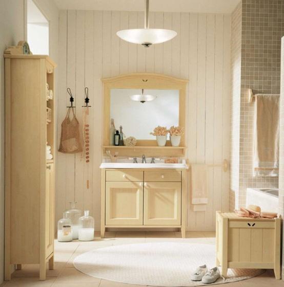 un bagno cremoso, tortora e beige fatto con piastrelle, mobili rustici vintage e una finestra per la luce naturale