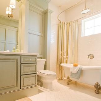 un bagno cremoso e tortora con un tocco vintage, una raffinata vasca da bagno vintage con piedini e lampade