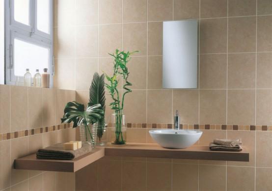 un bagno color talpa con un ripiano in legno chiaro e molta luce naturale