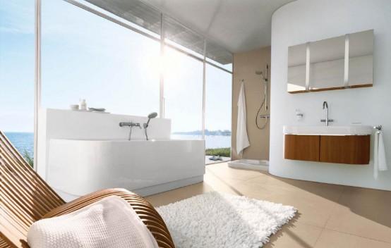 uno splendido bagno bianco e tortora con mobili dai colori intensi, una parete vetrata ed elettrodomestici in acciaio inossidabile