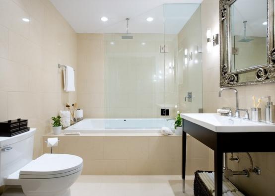 un bagno beige e bianco con tocchi scuri è uno spazio moderno ed elegante per il rock
