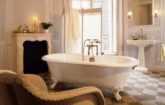 un bagno beige e tortora mescolato a tonalità cremose e con oggetti vintage raffinati