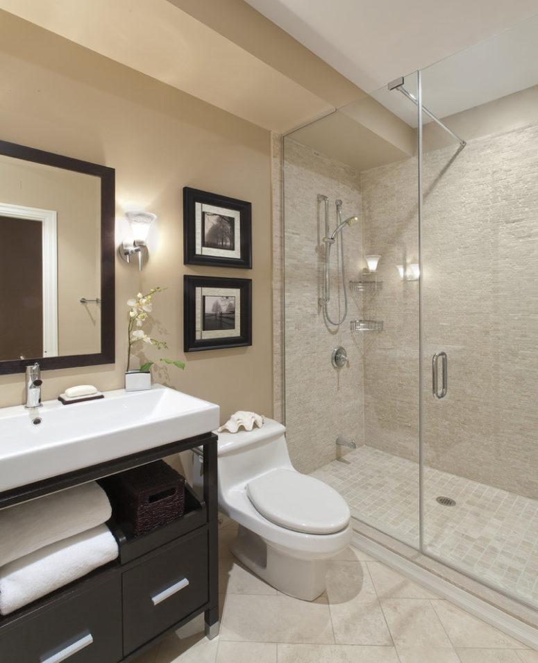 un bagno tradizionale color talpa e beige con tocchi di legno bianco e scuro per più drammaticità nello spazio (Avalon Interiors)