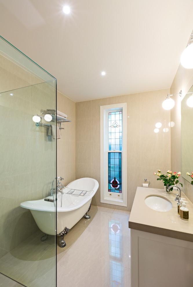 un bagno beige e cremoso con lampade a bolle e un moderno spazio doccia rivestito in vetro (estensioni e disegni d'epoca)