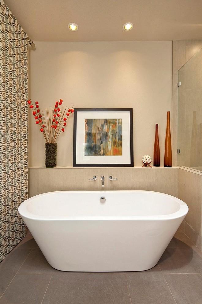 un bagno moderno e semplice in beige, con pannelli a parete e piastrelle, con vasi rossi audaci e una tenda a motivi geometrici (International Kitchens)