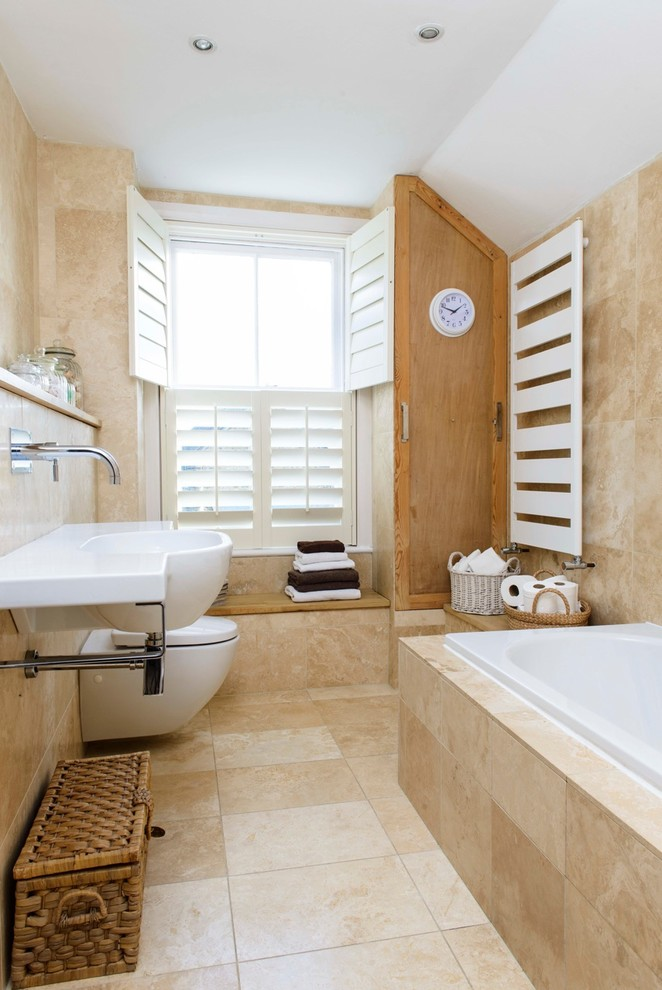 piastrelle beige con una stampa ispirata alla pietra, elettrodomestici bianchi e tocchi vintage qua e là (Whitstable Island Interiors)