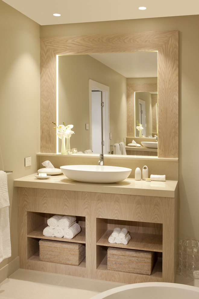 un bagno grigio talpa e beige con una grande vanità più uno specchio e luci interne (apaiser)