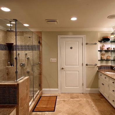 un bagno tortora e beige con tocchi di legno cremoso e dai colori intensi più nero