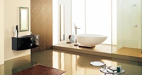 un bagno color talpa, marrone e crema con una vanità lucida blakc, una grande vasca da bagno e una doccia