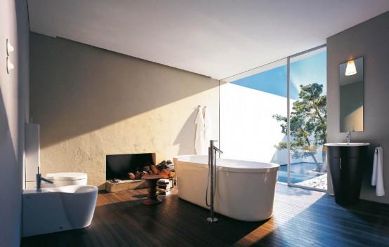 un bagno color tortora e bianco con un pavimento in legno dai colori intensi, elettrodomestici bianchi e neri e una grande finestra