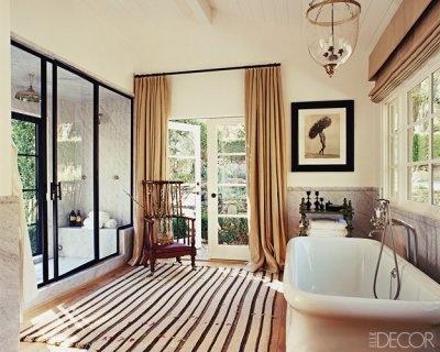un raffinato bagno vintage color talpa e marrone e tocchi di nero per un accento drammatico