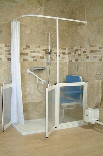 un bagno beige e tortora con doccia bianca rivestita di vetro solo per metà
