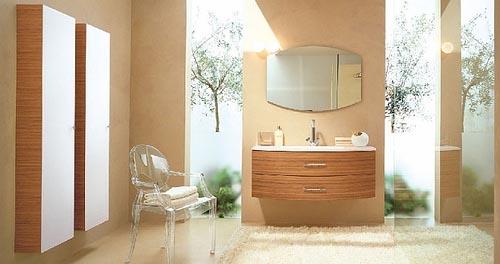 un bagno color talpa con elementi in legno dai colori intensi, vegetazione nella doccia e una sedia in acrilico