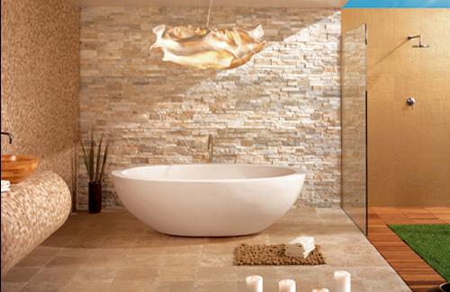 un bagno tortora e oro realizzato con finta pietra, piastrelle varie e pannelli di legno