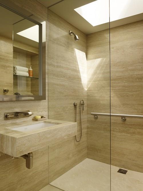 un bagno contemporaneo fatto con pannelli di compensato tira fuori completamente il legno nella tendenza del bagno