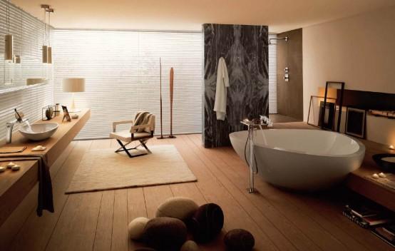 un bagno beige e un pavimento in legno beige più scuro, pareti bianche e una grande vasca da bagno