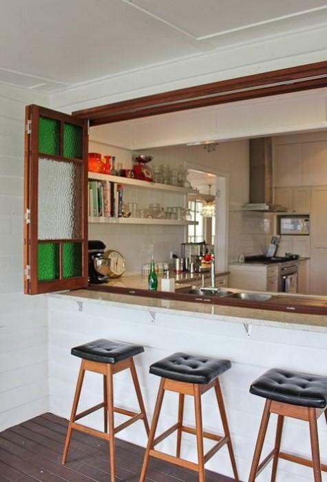 una finestra pieghevole in mosaico e un elegante davanzale narrrow da utilizzare come bancone bar o zona pranzo