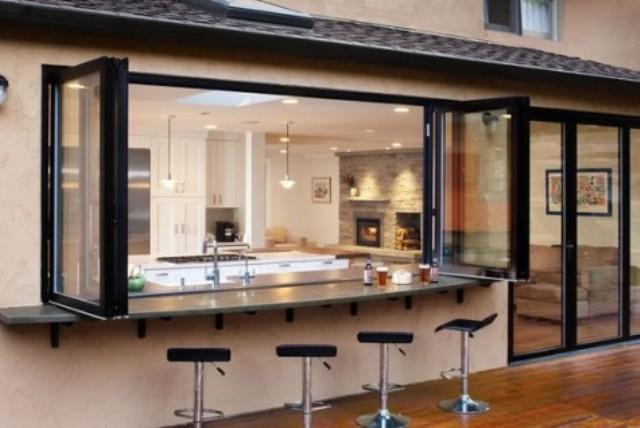 due finestre pieghevoli e un piano di lavoro all'aperto per consumare i pasti più comodi sgabelli in metallo e pelle