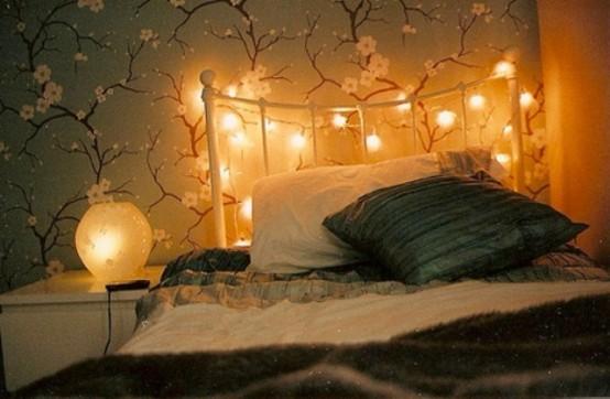 una testiera ricoperta di luci e lampade da tavolo per una luce soffusa nella tua camera da letto