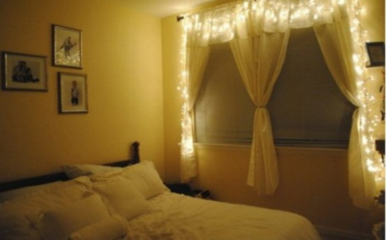 una finestra con tende e luci dappertutto è un modo simpatico per portare luce ma non troppo