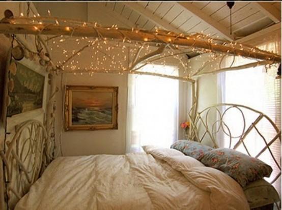 una cornice di rami con luci sopra il letto è un bel modo per illuminare la stanza