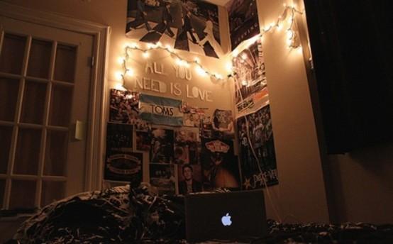 alcune luci attaccate al muro renderanno il tuo posto letto da sogno