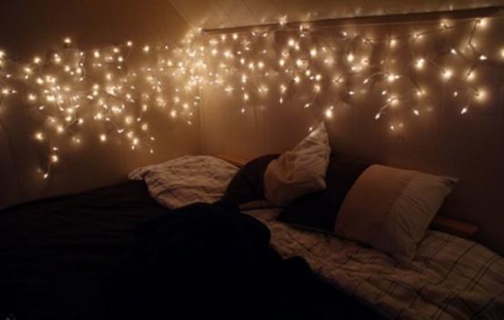 un baldacchino di luci sopra il letto è un'idea fresca e chic che è senza tempo