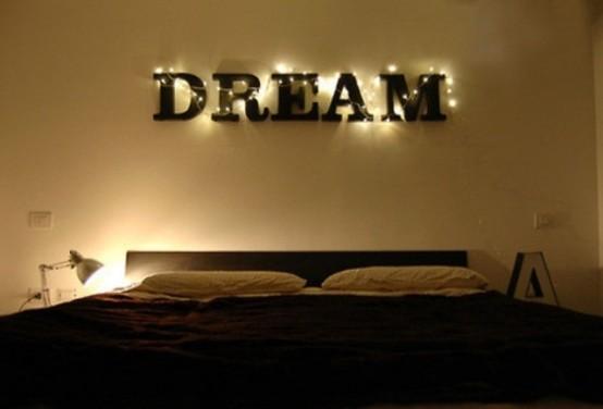 un cartello con luci e alcune lampade da tavolo per un look chic