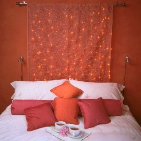 una bella tenda ricamata con luci rosse integrate si adatta perfettamente all'arredamento dello spazio