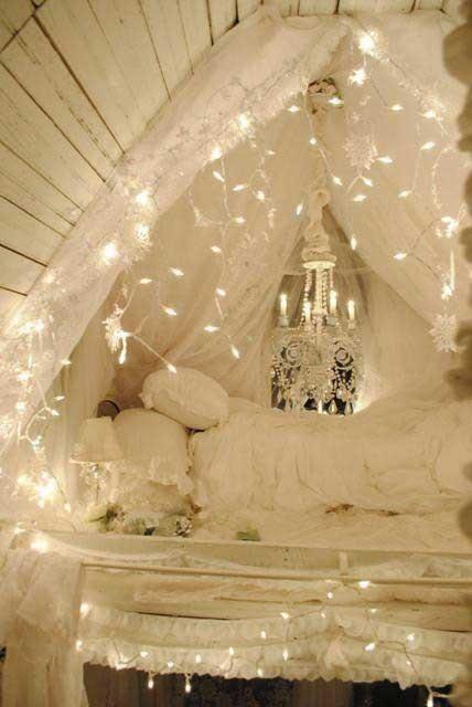 le luci sospese sul letto come un baldacchino sono un'idea fresca e romantica per inondare di luce la tua camera da letto