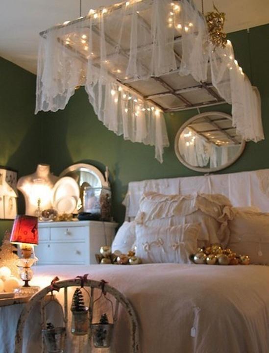 una finestra incorniciata con una tenda trasparente e luci sospese sul letto è un'idea cool shabb chic