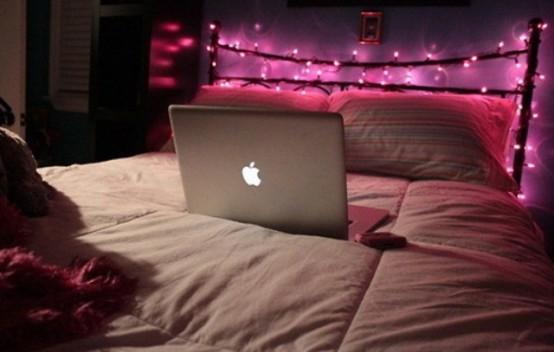 le luci rosa che coprono la testiera del letto sono un modo carino per aggiungere luce alla camera da letto
