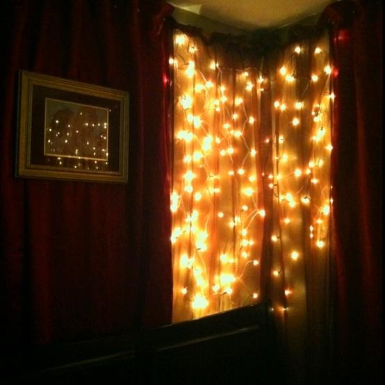 una cortina di luce sulla tua finestra porterà luce ma non sarà troppo perché non è sopra il letto
