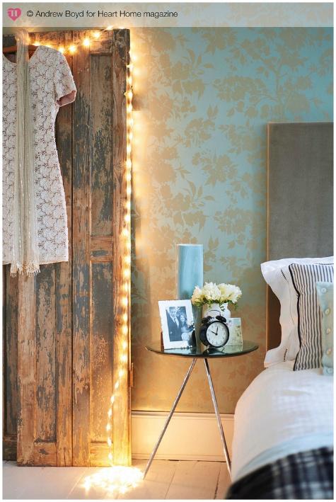 le luci che coprono una porta d'epoca porteranno abbastanza illuminazione e non saranno troppo invadenti