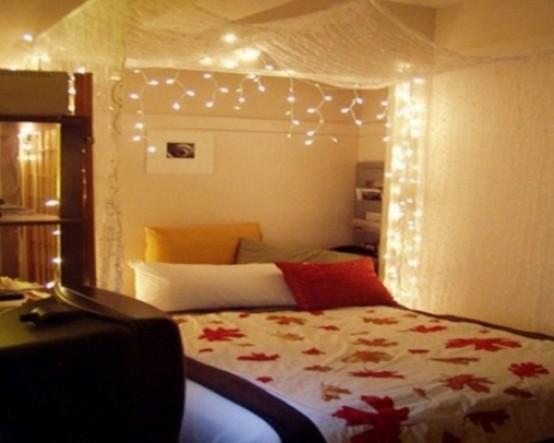 un baldacchino leggero e trasparente con luci sopra il letto è un classico