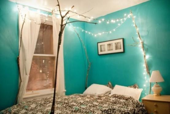 i rami sopra il letto e le luci appese su di essi sono un'ottima idea rilassata per una camera da letto