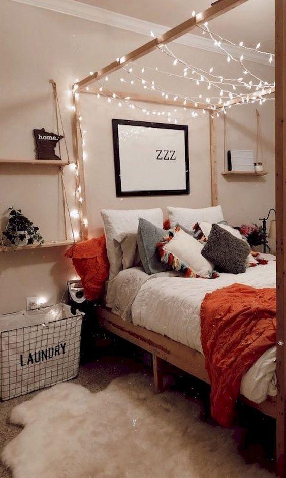 le luci che si intrecciano intorno all'inquadratura del letto sono un'idea fresca e facile da cullare