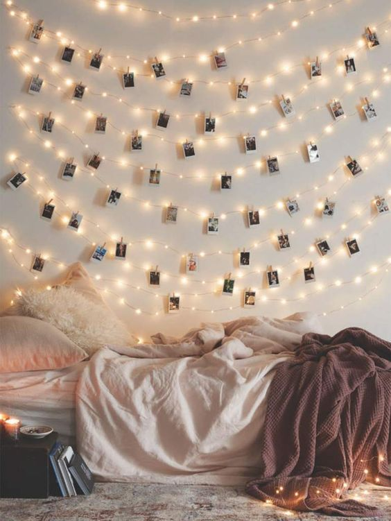 luci stringa e Polaroid appese su di loro per un ambiente e un aspetto carino